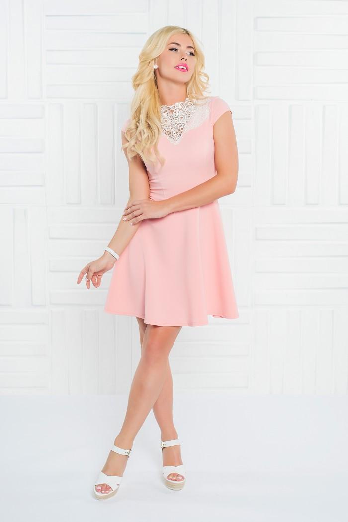 097 платье персиковое отдекорировано манишкой из кружева