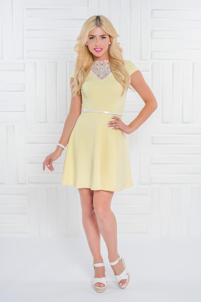 097 платье желтое отдекорировано манишкой из кружева